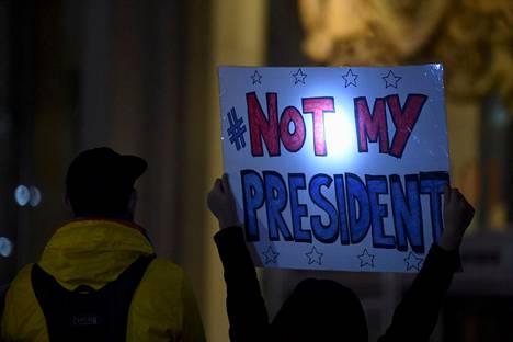 Mielenosoittaja kantaa Not My President -kylttiä Philadelphiassa.