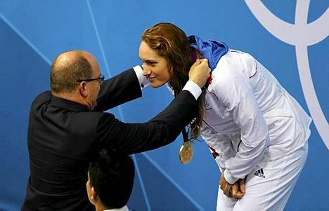 Albert piristyi luovuttamaan Ranskan Camille Muffatlle kultamitalin.