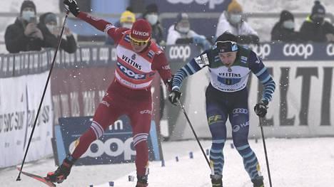 Aleksandr Bolshunov ja Joni Mäki kävivät kiivaan loppukirikamppailun Salpausselän viestikilpailussa.