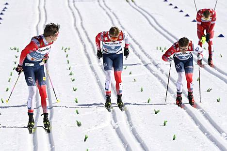 Bolshunov (takaoikealla) nojasi pettyneinä sauvoihinsa norjalaiskolmikon takana sprinttifinaalissa.