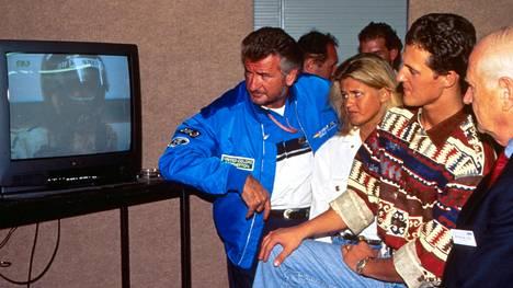 Willi Weber ja Corinna sekä Michael Schumacher seurasivat Damon Hillin tv-haastattelua Australian GP:n yhteydessä vuonna 1994. Schumacher ratkaisi maailmanmestaruuden kyseenalaisessa kisassa: hän kolaroi itsensä sekä Hillin pois radalta.