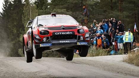 Näin Sebastien Ogier loikkasi Ruuhimäen tunnetusta hyppyristä Citroënin WRC-autolla viime kesänä Suomen MM-rallissa.