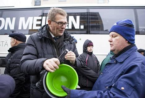 Matti Vanhanen jakoi ämpäreitä Joensuussa 25. tammikuuta.
