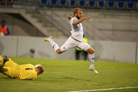 Näin Teemu Pukki loikki Liechtensteiniä vastaan kesäkuun maaottelussa.