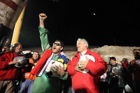 Luis Urzua (vasemmalla) ja Chilen presidentti Sebastián Piñera.