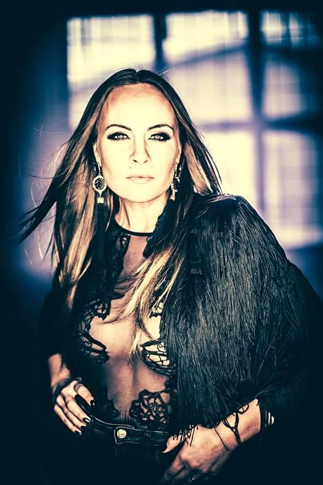 Netta Laurenne on tehnyt töitä musiikin, teatterin ja tv:n parissa.