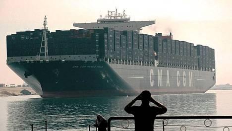 Konttialus Marco Polo mahtui sentään Suezin kanavaan. Kuva joulukuun alusta.