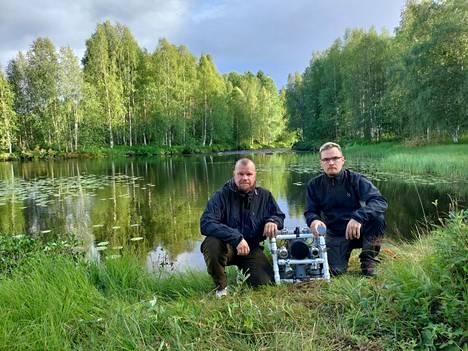 Arto (vas.) ja Antti Suanto pienoissukellusveneen kanssa vanhempiensa kotipaikalla.