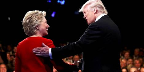 Demokraattien presidenttiehdokas Hillary Clinton ja republikaanien Donald Trump kättelivät ennen ensimmäistä vaaliväittelyä syyskuussa 2016.