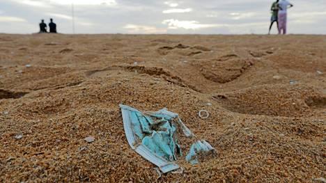 Kertakäyttömaski srilankalaisella rannalla.