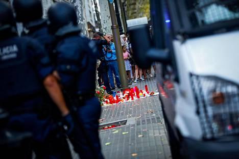 Vuokrattu pakettiauto ajettiin väkijoukkoon Barcelonan keskustassa pääkadulla La Ramblalla torstaina. Barcelonan iskua seurasi Cambrilsin isku perjantain vastaisena yönä.