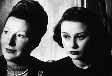 Hepburn (oik.) kuvattuna äitinsä kanssa vuonna 1946. Dottin kirjoittaman teoksen mukaan aliravitsemus ja anemia aiheuttivat Hepburnin silmien alle mustat varjot.