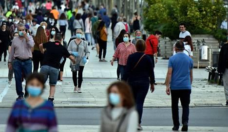 Kasvomaskeista on tullut keväällä 2020 kiinteä osa eurooppalaisten suurkaupunkien katukuvaa. Kuva Espanjan Barcelonasta sunnuntailta.