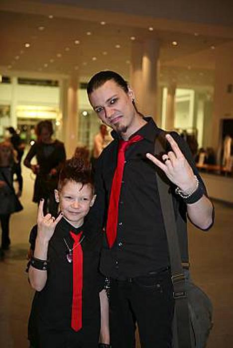 Wellulla on edellisestä suhteestaan 10-vuotias Sebastian-poika.