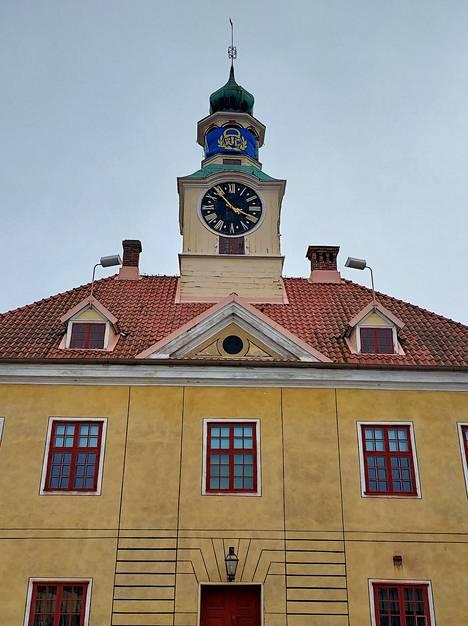 Rauman Vanhan Raatihuoneen torni on saanut koristuksekseen Lukon lipun.