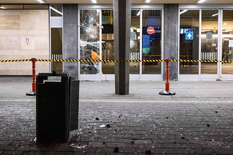 Mellakoitsijat rikkoivat Eindhovenin päärautatieaseman ovien laseja.