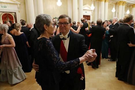 Vuokko ja Paavo Väyrynen tanssivat Linnan juhlissa.