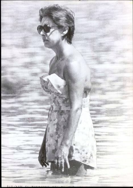 Prinsessa Margaret pukeutui 1970-luvulla ajan henkeen sopivaan uima-asuun, johon kuului lyhyt hame. Kastuessaan asu kuitenkin paljasti hieman liikaa.