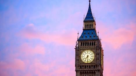 Kuvassa kohoava Big Ben sijaitsee tietenkin Lontoossa, mutta sitä ei tässä visassa kysytäkään.
