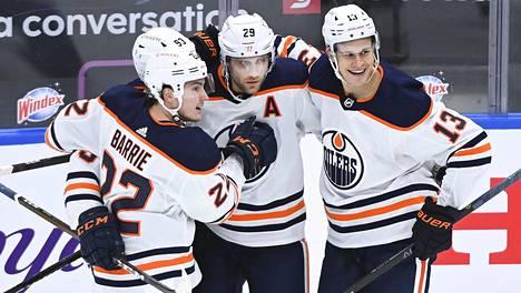 Jesse Puljujärvi (oik.) syötti Oilersin voittomaalin Torontossa.