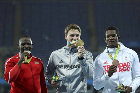Julius Yego pääsi ensimmäistä kertaa urallaan juhlimaan olympiamitalia. Hänen kanssaan podiumilla poseerasivat voittaja Thomas Röhler ja pronssimitalisti Keshorn Walcott.
