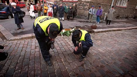 Tanskalainen vankikarkuri Steen Christensen ampui kaksi poliisia Helsingissä vuonna 1997. Poliisit tutkivat rikospaikkaa Kapteeninkadun ja Tehtaankadun kulmassa.