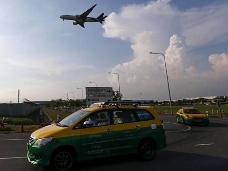 Thai Airwaysin kone valmistautuu laskeutumaan Bangkokin Suvarnabhumin lentokentälle.