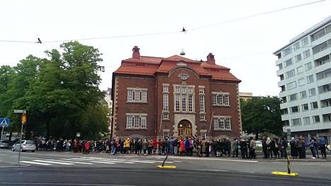 Kallion kirjaston dildobingo sai aikaan ryysiksen. Sadat ihmiset jonottivat pelaamaan.