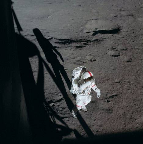 Kuun painovoima on vain noin kuudesosan Maan painovoimasta.