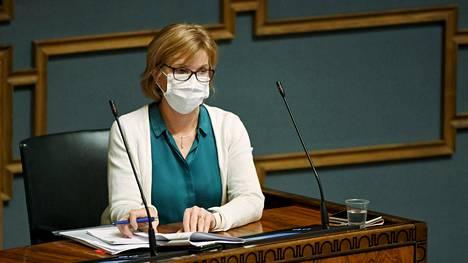 Oikeusministeri Anna-Maja Henriksson eduskunnan suullisella kyselytunnilla torstaina.