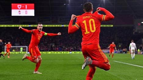 Aaron Ramsey (oik.) iski kaksi maalia Unkarin verkkoon.