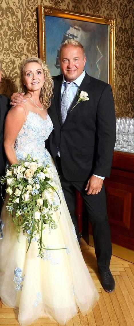 Laulajana tunnettu Tony Montana eli Pasi Hailio ja hänen elämänkumppaninsa Sarianne Reinikkala avioituivat Kulosaaren kirkossa viime lauantaina.