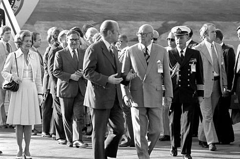 Presidentti Urho Kekkonen Yhdysvaltain presidentti Gerald Fordin seurassa tämän saavuttua Helsingin ETY-kokoukseen heinäkuussa 1975.