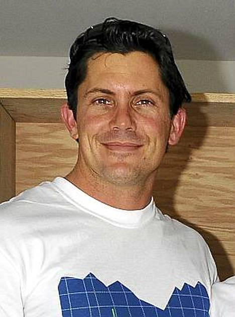 Julien Hug sai pakit Unelmien poikamiestytöltä jo sarjan toisessa jaksossa.