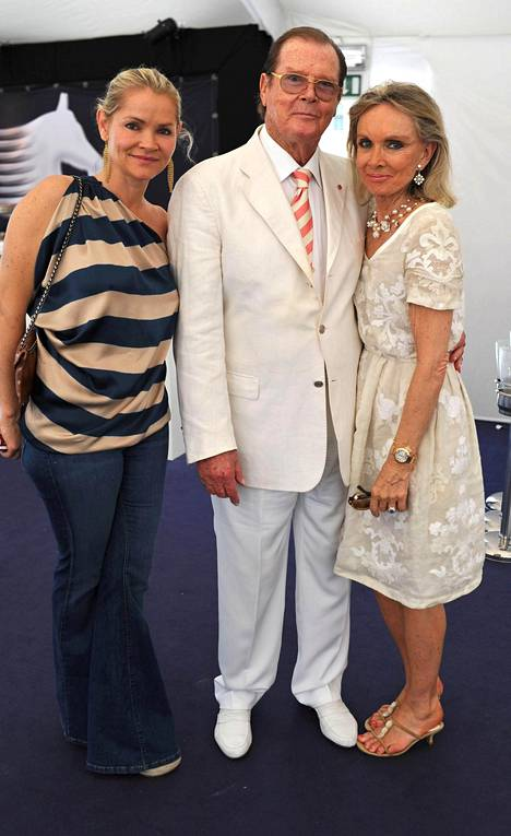 Christina Knudsen (vas.), Roger Moore ja Kristina Tholstrup kuvattuna vuonna 2012.