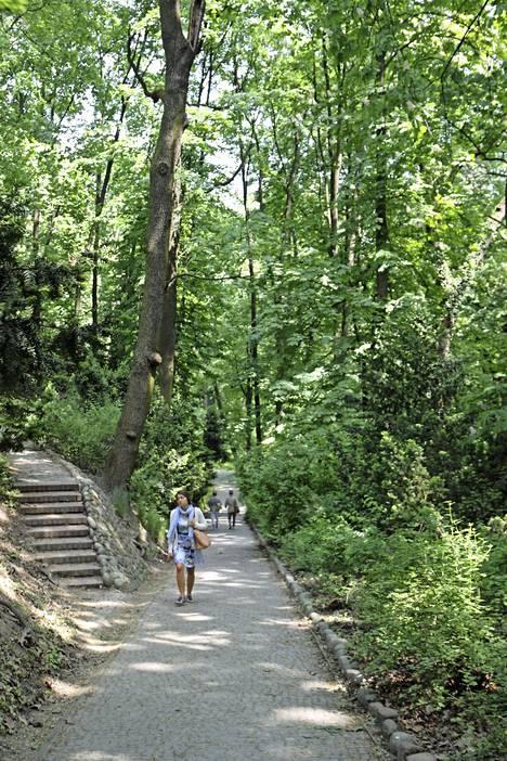 Valtaisat, vehreät puistot tarjoavat puitteet ulkoiluun, kuntoiluun ja rentoutumiseen. Puistoissa voi ruokkia oravia ja ihastella eri lintulajeja.