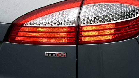 Kuvan Ford Mondeo 2.0 TDCi farmari on mallimerkinnän perusteella varustettu dieselmoottorilla.