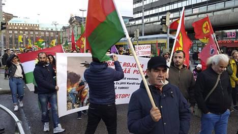Mielenosoittajien kulkue marssii Rautatieaseman edessä Helsingissä lauantaina 19. lokakuuta.