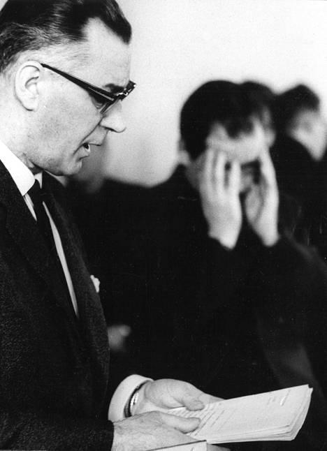 Aarne Laakso (oikealla) kuuntelemassa syytteiden lukua maaliskuussa 1965.