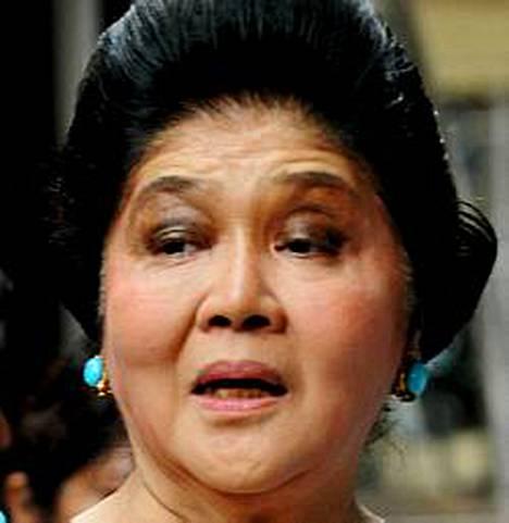 Imelda Marcos haluaa haudata sotakirveen edesmenneen Corazon Aquinon perheen kanssa.