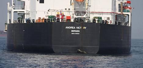 Yksi väitetyn sabotaasin kohteeksi joutuneista aluksista on norjalainen Andrea Victory -alus. Sen välikohtauksessa saamat vahingot ovat nähtävissä aluksen perässä juuri vedenpinnan yläpuolella.