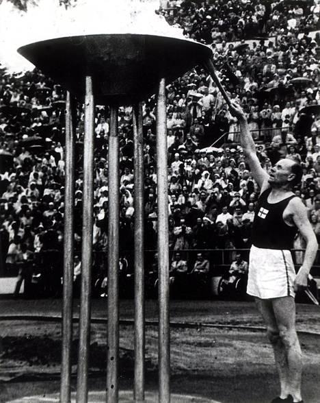 Paavo Nurmi sytytti olympiatulen vuonna 1952 Helsingissä.
