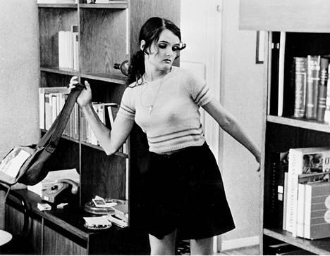 """Punahilkassa (1968) Halkola näytteli koulukodin tyttöä, joka kokeilee siipiään Helsingissä. """"Se on paras elokuvaroolini. Tunsin, että nyt osaan työskennellä kameran kanssa. Sääli, että se loppui – vaikka jatkuikin Televisioteatterissa."""""""