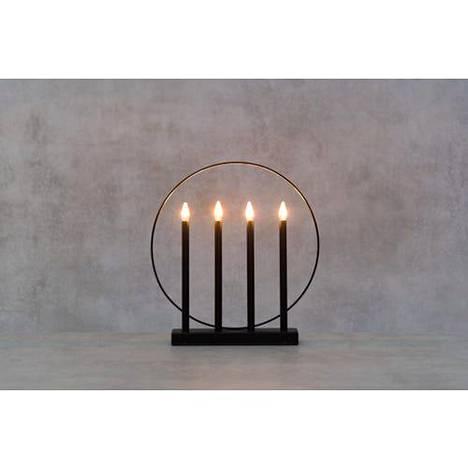 Modernin sisustuksen ystävän valinta on nelihaarainen led-kynttelikkö. Finnlumorin kynttelikön valo on lämmin valkoinen. 19,90 euroa, Puuilo.