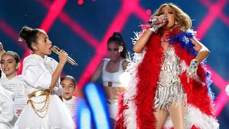 Poptähti Jennifer Lopez yllätti yleisön esiintymällä 11-vuotiaan tyttärensä Emmen kanssa.