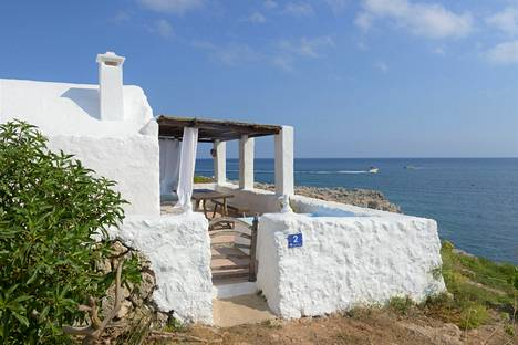 Mannerespanjalaisilla ja ulkomaalaisilla on saarella loma-asuntoja ja huviloita.