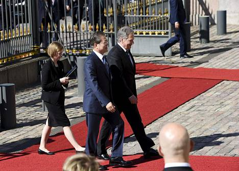 Presidentti Niinistö vastaanotti valitovieraat aurinkoisessa säässä maanantaiaamuna.