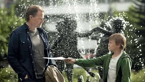 Kari Hietalahti ja Esa Nikkilä näyttelevät Aikuisten poika -elokuvassa.