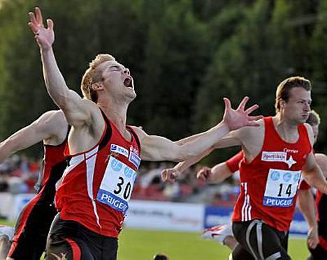 Jarkko Ruostekivi (vas.) on Suomen nopein mies. Konkarijuoksija Tommi Hartonen (oik.) nappasi pronssia.