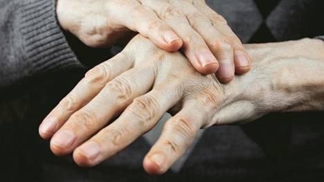 Parkinsonin tauti on parantumaton, tuntemattomasta syystä johtuva hermostollinen sairaus, joka aiheuttaa esimerkiksi vapinaa, lihasjäykkyyttä ja liikkeiden hidastumista.